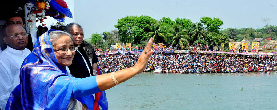 উদ্বোধন শেষে প্রধানমন্ত্রী শেখ হাসিনা নদীর পাড়ের উৎসুক জনতার উদ্দেশ্যে হাত নাড়ছেন